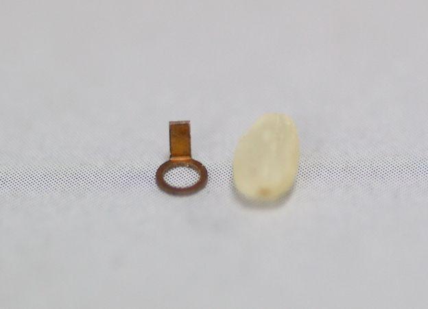 米粒大の接点バネ製作画像
